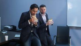 办公室工作者有从吃第二顿早餐的工作的一个断裂 免版税库存照片