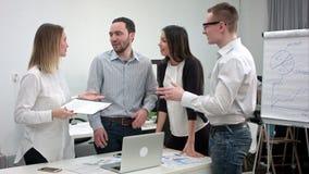年轻办公室工作者获得乐趣在业务会议期间 股票视频