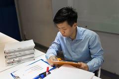 办公室工作者读书销售报告在办公室 免版税库存图片