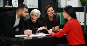 办公室工作者谈论他们的项目 影视素材