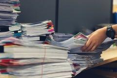 办公室工作,堆的企业和财务概念在办公桌,堆上的未完成的文件工商业票据 库存图片