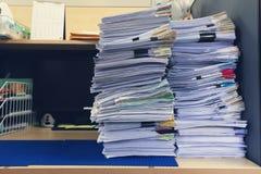 办公室工作,堆的企业和财务概念在办公桌,堆上的未完成的文件工商业票据 图库摄影