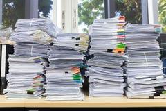 办公室工作,堆的企业和财务概念在办公桌,堆上的未完成的文件工商业票据 免版税库存照片