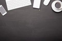 办公室工具和咖啡杯在黑背景 库存图片