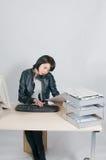 办公室强调的工作者 免版税库存照片