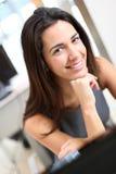 办公室微笑的工作者 免版税库存图片