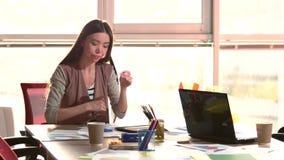 办公室感觉疲劳的疲乏的年轻女性 股票视频