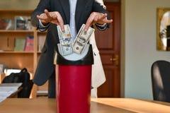 办公室投掷的办公室经理在垃圾 免版税库存图片
