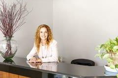 办公室招待会的微笑的妇女 免版税图库摄影