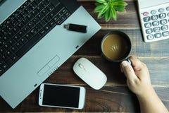 办公室拿着有聪明的酸碱度的材料手顶视图一个咖啡杯 库存图片