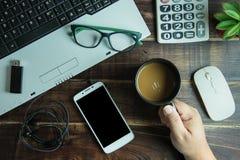 办公室拿着有聪明的酸碱度的材料手顶视图一个咖啡杯 免版税图库摄影
