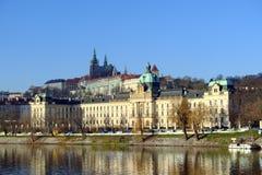 办公室捷克政府和从河的布拉格城堡的看法 免版税库存图片