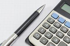 办公室摘要 书写和在笔记本backgro的一个计算器 免版税图库摄影