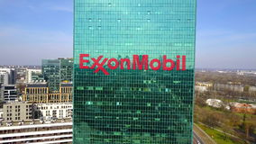 办公室摩天大楼空中射击有ExxonMobil商标的 编译的现代办公室 社论3D翻译 免版税库存图片