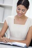 办公室文字的西班牙拉提纳妇女或女实业家 免版税库存照片