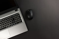 办公室有套的五颜六色的供应,白色空白的笔记本,杯子,笔,个人计算机桌书桌,弄皱了纸,在木的花 免版税库存照片