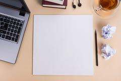 办公室有套的五颜六色的供应,白色空白的笔记本,杯子,笔,个人计算机桌书桌,弄皱了纸,在灰棕色的花 库存图片