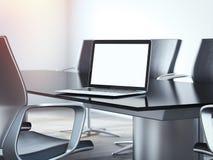 办公室有桌和膝上型计算机的会议室 3d翻译 免版税库存图片