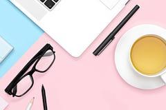 办公室有计算机的,茶杯子,玻璃,铅笔桌书桌 r r 家庭办公室工作区 r 免版税库存照片