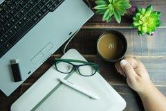 办公室材料拿着咖啡古芝的图形设计手顶视图  库存图片