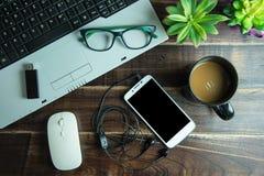 办公室材料顶视图与聪明的电话膝上型计算机无线老鼠的 图库摄影