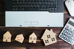 办公室材料顶视图与膝上型计算机无线老鼠计算器a的 库存照片