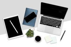 办公室桌平的位置照片与便携式计算机、数字式片剂、手机和辅助部件的 在被隔绝的白色背景 d 皇族释放例证