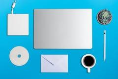 办公室桌平的位置照片与笔记本, DVD作家,铅笔的 免版税库存照片