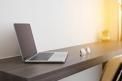 办公室桌白色膝上型计算机、现代椅子和现代镜片 C 库存照片