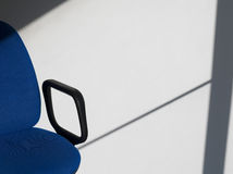 办公室椅子在墙壁上的铸件阴影 图库摄影