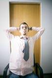 办公室椅子的年轻人 免版税库存图片