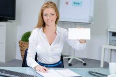 办公室演艺界卡片的美丽的妇女 免版税库存照片