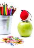 办公室照片和学生适应与在支持的颜色铅笔, 库存照片