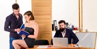 办公室环境概念 o : 工作在主要男性集体的妇女 免版税库存图片