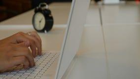办公室生活事务生活概念 关闭打印在笔记本键盘的女性` s手射击被射击在4K 股票录像