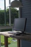 办公室生活,有书桌的计算机 免版税库存照片