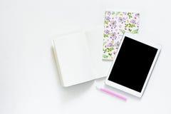 办公室白色书桌平的位置照片有片剂的和开放笔记本复制空间背景 图库摄影
