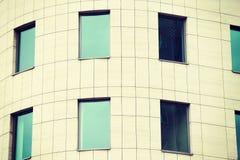 办公室的大厦有呈绿色窗口的 免版税库存图片