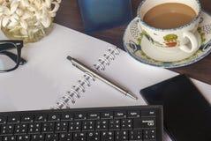 办公室的放松的工作区在一张木桌上 免版税库存照片