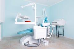 办公室的蓝色背景的牙医` s工作场所 库存照片