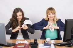办公室的雇员与一个邪恶的表示个体的压皱纸 库存照片