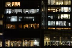 办公室的Windows和健身中心在摩天大楼 库存图片