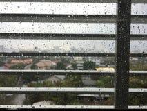 办公室窗口用下雨的天和被投下的水 库存照片