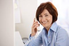 办公室纵向高级微笑的工作者 免版税库存照片