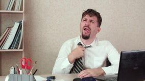 办公室经理有胡子的人,热在工作,离开他的领带 他坐 股票视频