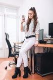 办公室聊天的少妇 图库摄影