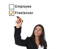 办公室衣服文字的拉丁妇女与在的屏幕或委员会滴答作响自由职业者箱子的雇员上的标志 库存照片