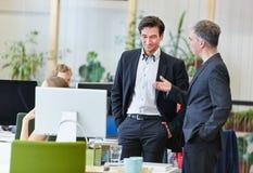 办公室谈话的商人 免版税库存图片