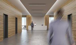 办公室走廊的人们有招待会柜台的 免版税库存图片