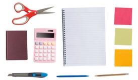 办公室辅助部件,剪刀,计算器, multiculor顶视图  免版税库存图片
